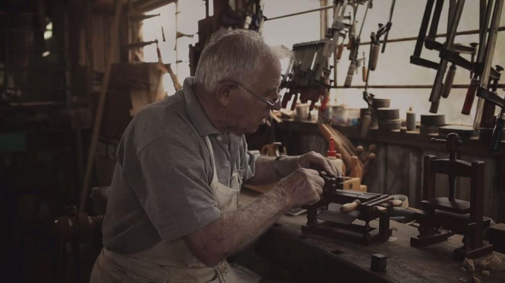 Frank Wiesner toont zijn boekbindersgereedschap