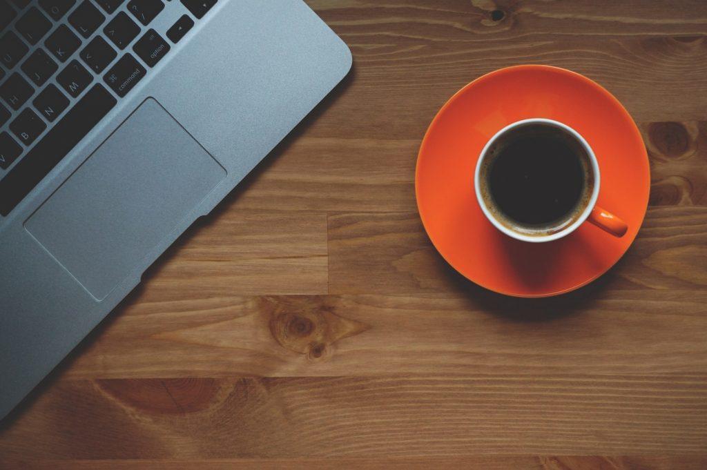 bloggen met een kop koffie