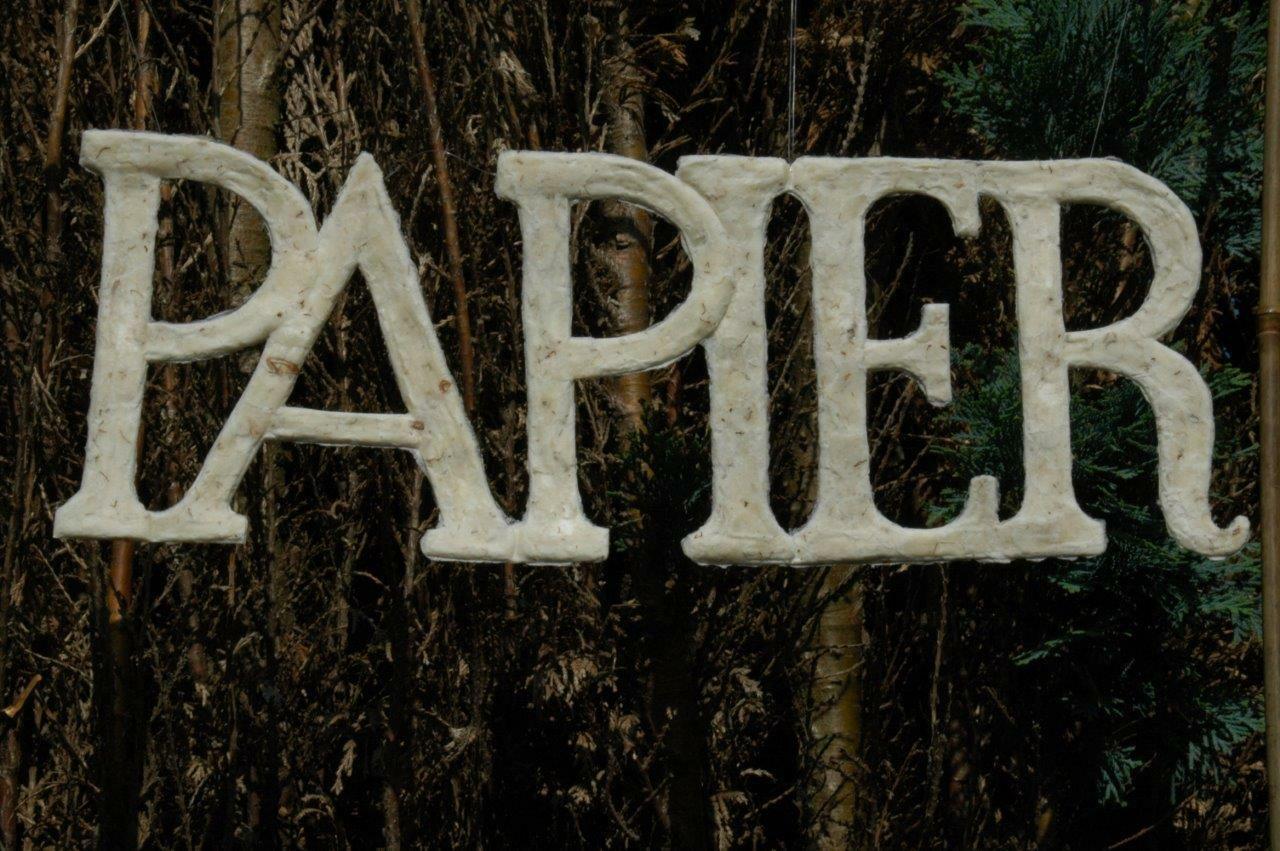 """De letter """"papier in beweging"""" in handgemaakt papier"""